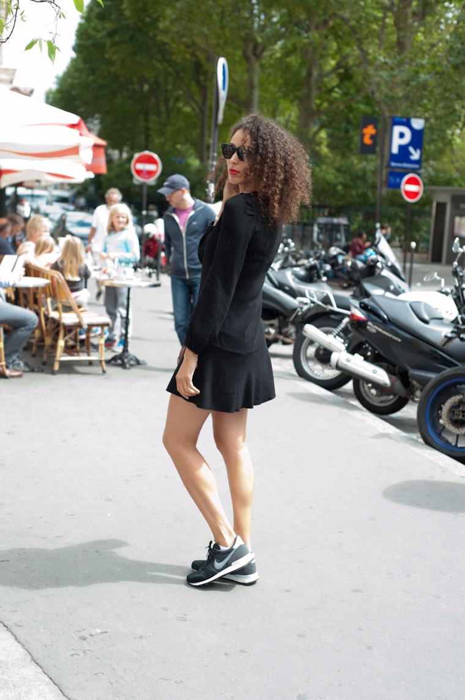 petite-robe-noire-et-baskets-4
